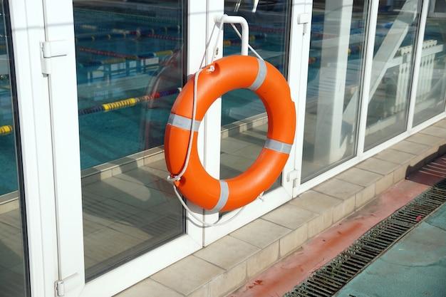 수영장 보호 벽에 있는 주황색 구명부표