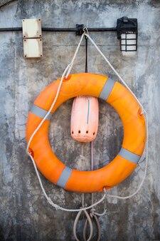 オレンジの救命浮環。