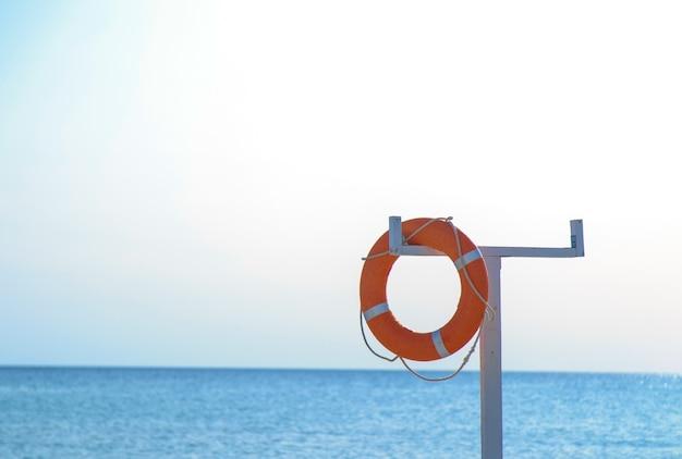 ボートの甲板にあるオレンジ色のライフライン。ライフラインに焦点を当てる