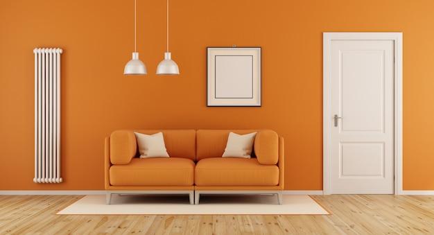 Оранжевая гостиная с диваном и закрытой дверью