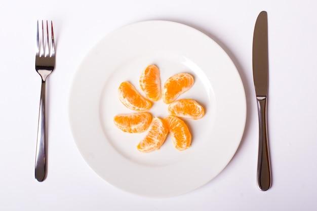 白い皿にオレンジ色のマンダリン
