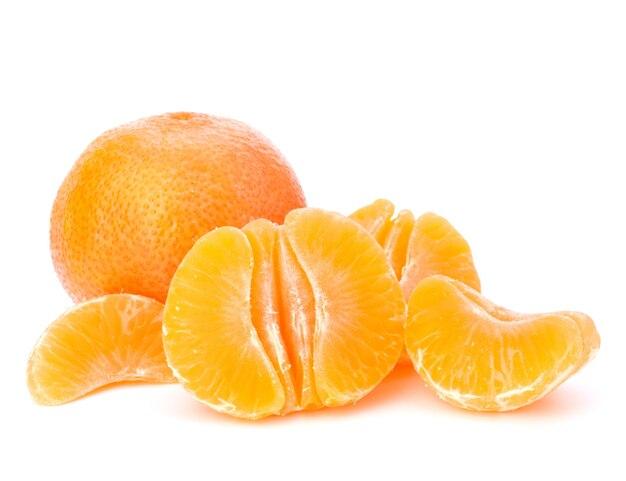 Оранжевый мандарин или мандарин, изолированные на белом фоне