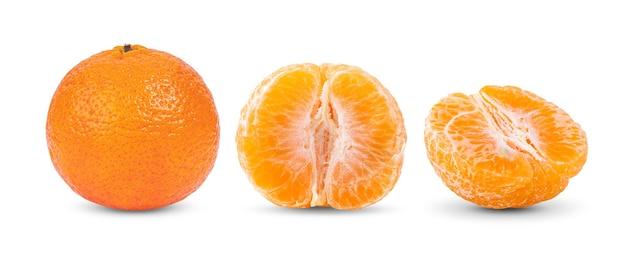 白い表面に分離されたオレンジ色のマンダリンまたはみかんの果実