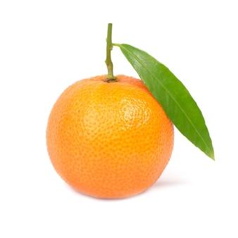 白い背景で隔離の緑の葉とオレンジ色のマンダリン