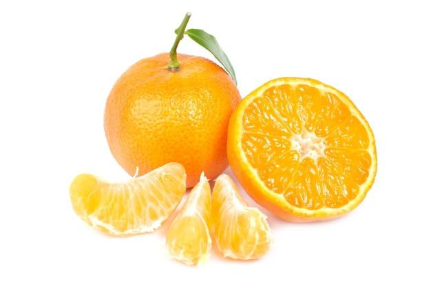 白い背景で隔離の緑の葉を持つオレンジみかん