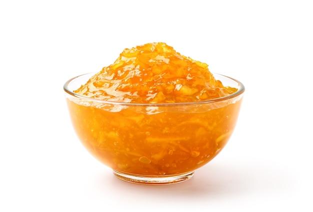 Апельсиновый мармелад в стеклянной миске, изолированные на белом фоне.