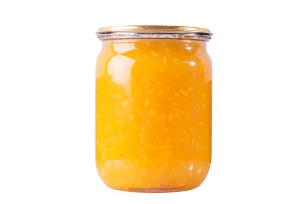白い孤立した背景の上の瓶にオレンジマーマレードジャム。