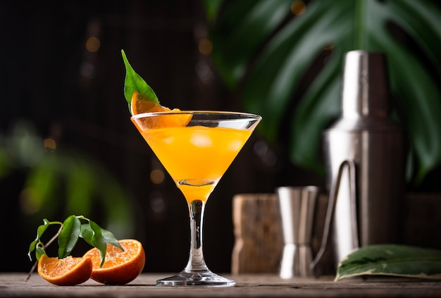 素朴なスタイルのオレンジマティーニカクテル