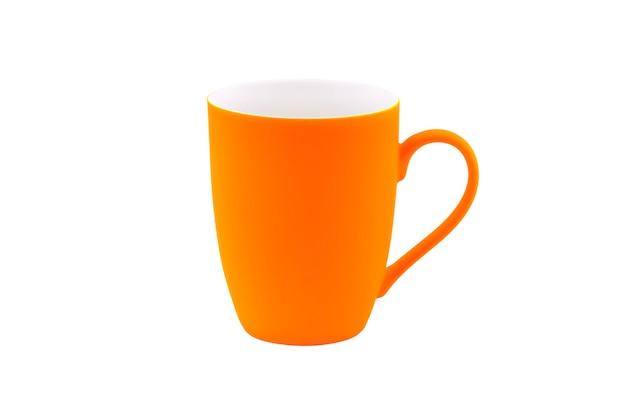 흰색 배경에 고립 된 오렌지 매트 머그잔