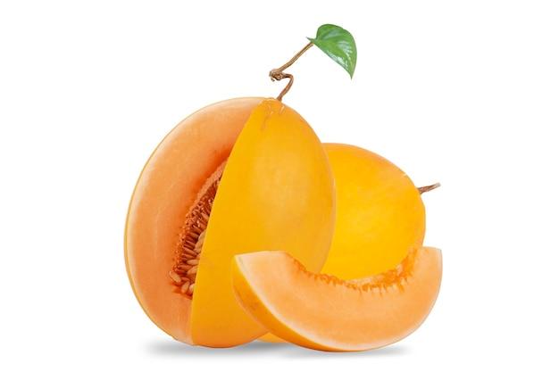 オレンジ色のメロンまたはカンタロープメロンは白い背景で隔離
