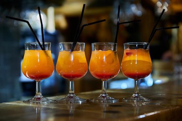 バーのオレンジ色のノンアルコールカクテル