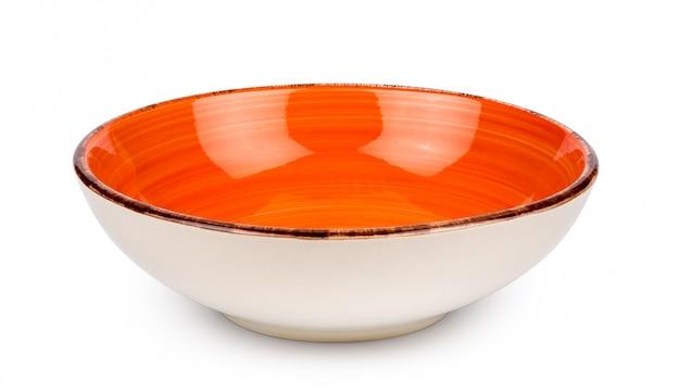 白い背景に分離されたオレンジまたは赤の空のボウル。セラミック食器。