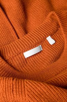 의류 태그 클로즈업으로 주황색 옷