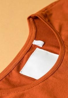 의류 태그 높은보기와 오렌지 옷