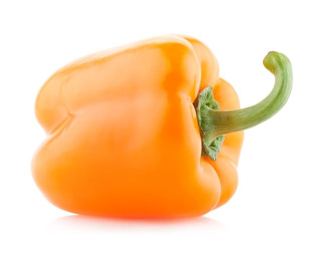 Оранжевый перец паприки, изолированные на белом фоне