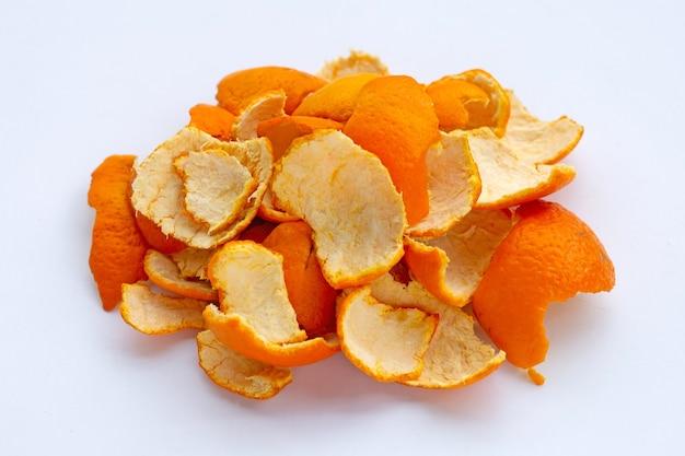 Апельсиновые корки на белой поверхности