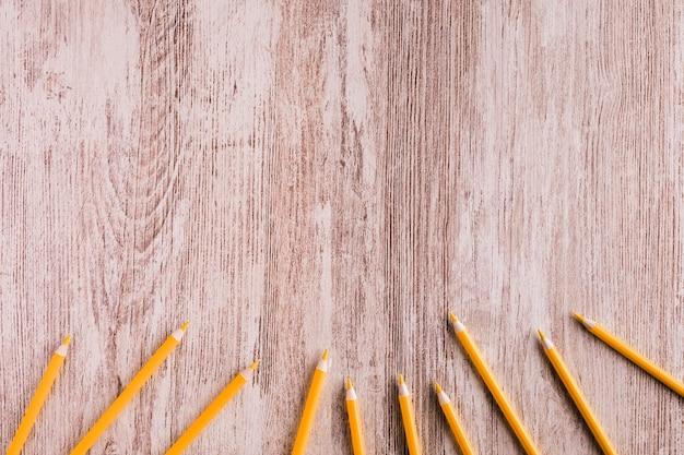 机の上のオレンジ色の鉛筆