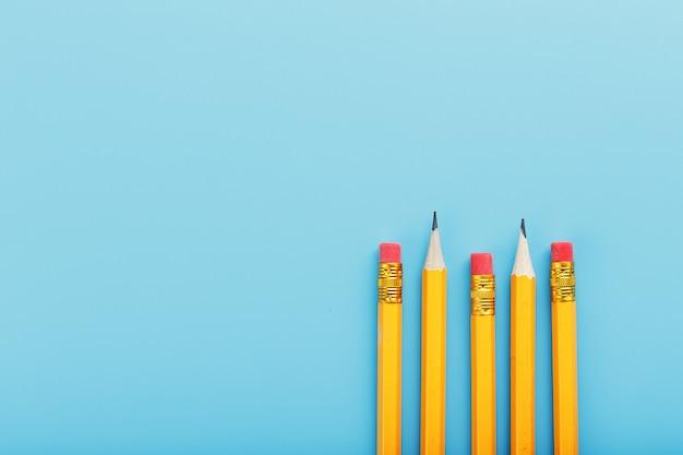 파란색 지우개와 오렌지 연필입니다.