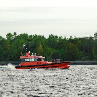 Daugava 강에서 항해하는 오렌지 파일럿 선박