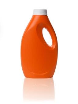 白い表面に分離された液体洗濯洗剤用のオレンジ色のプラスチックボトル、クローズアップ