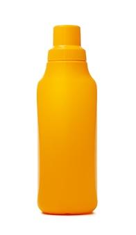 Оранжевая пластиковая бутылка жидкого моющего средства, изолированная на белом