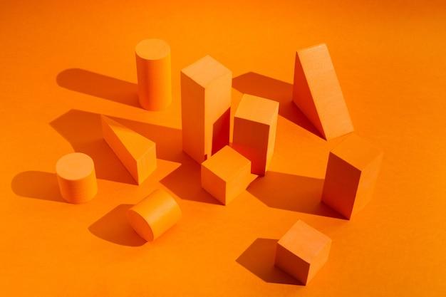 기하학적 수치가 있는 제품을 위한 빈 공간이 있는 주황색 플랫폼