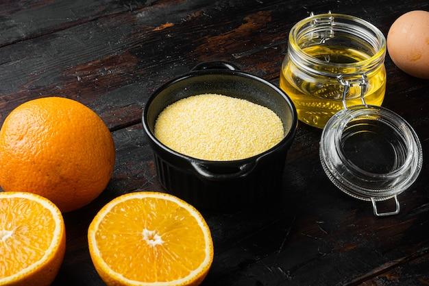 오렌지 폴렌타 케이크 재료, 계란과 꿀 세트, 오래된 어두운 나무 테이블 배경, 텍스트 복사 공간
