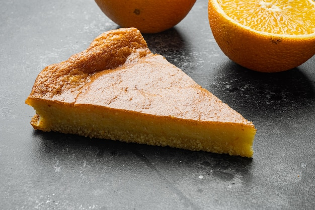 검은색 어두운 돌 테이블 배경에 오렌지 폴렌타 케이크 세트