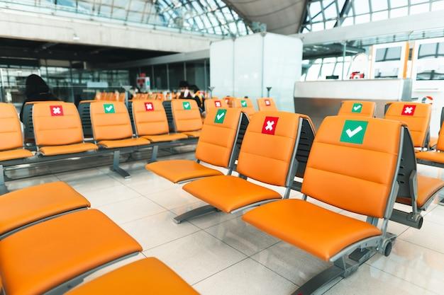 공항 내 주황색 공용 좌석은 공항 터미널 내부에 있습니다.