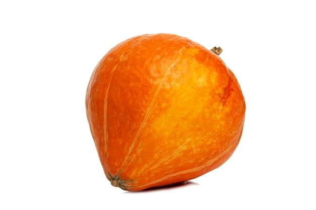 オレンジ色のカボチャ。明るい秋の野菜。白い背景で隔離。閉じる。