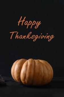 Оранжевая тыква на черном фоне. концепция хэллоуина, дня благодарения.