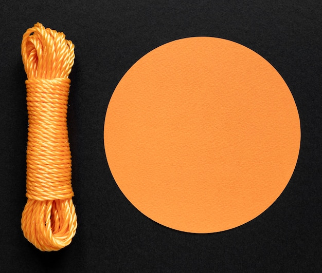 Filo di corda arancione e spazio di copia circolare