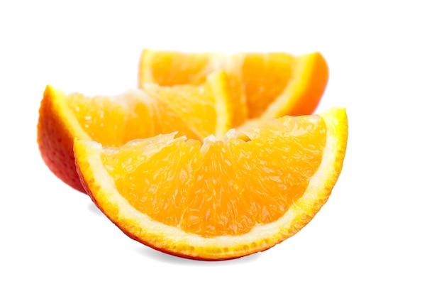 Части апельсина, изолированные на белом, приготовленные для сока