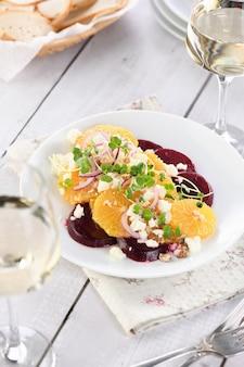 구운 비트 루트 염소 치즈 마이크로그린과 견과류를 곁들인 오렌지 샐러드