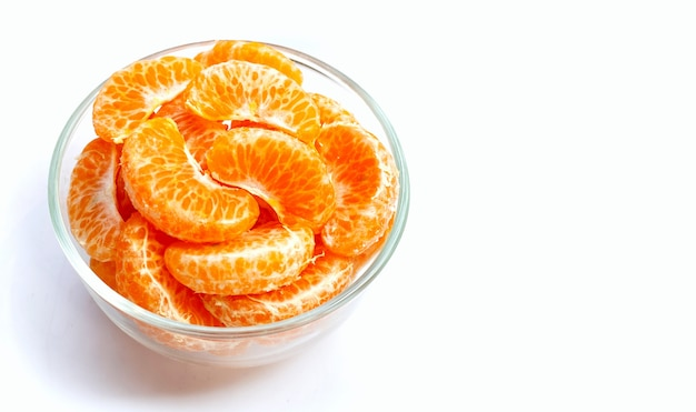 흰색 바탕에 유리 그릇에 오렌지 세그먼트입니다.