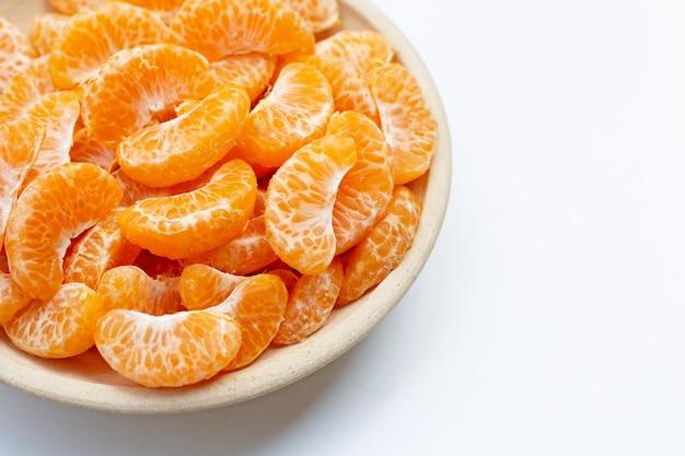 Оранжевые сегменты на белом фоне. копировать пространство