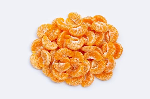 Оранжевые сегменты на белом фоне.