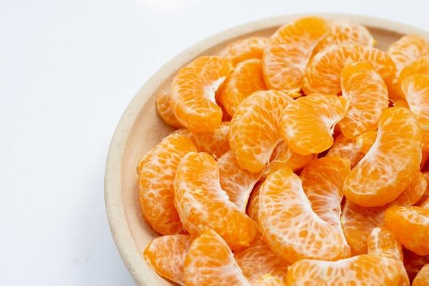 Оранжевые сегменты на белом