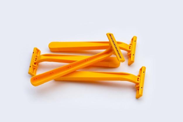 흰색 배경에 고립 된 오렌지 면도 면도기
