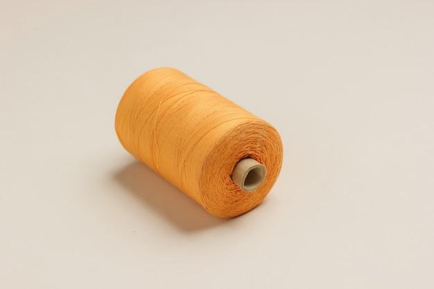 Оранжевые мотки ниток на белом фоне