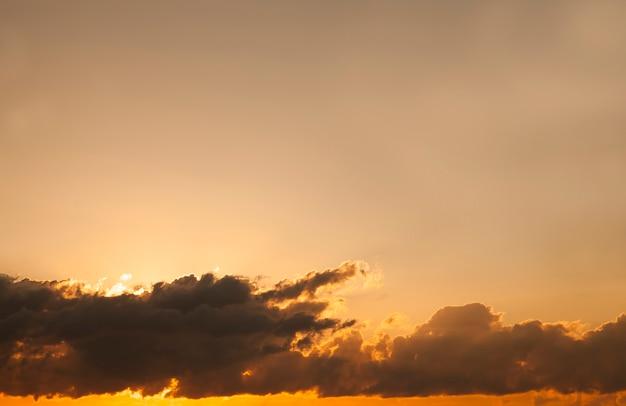雲とオレンジ色の空