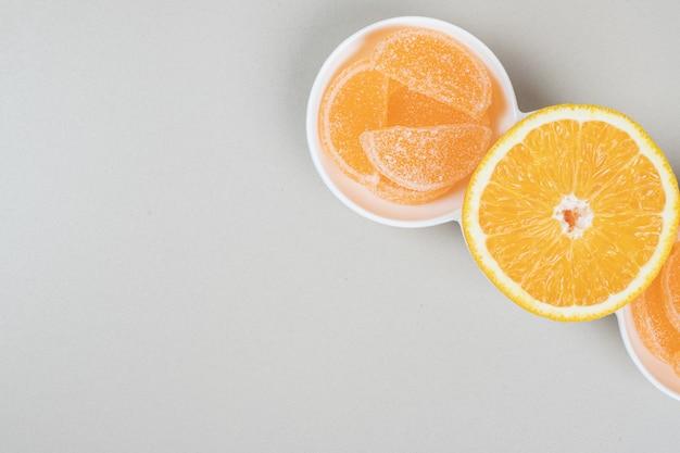 白いプレートにオレンジスライスとゼリーキャンディー