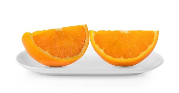 白いプレートで分離されたオレンジスライス