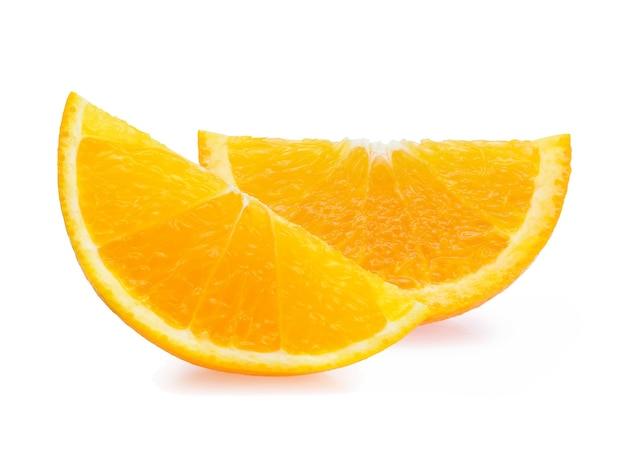 白い背景で隔離のオレンジスライス