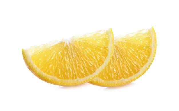 白で分離されたオレンジスライス