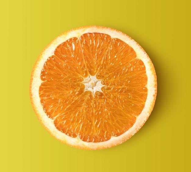 黄色の背景に分離されたオレンジスライス