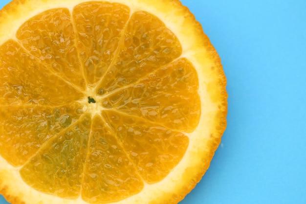 オレンジスライスマクロ。ジューシーな明るいオレンジ色のクローズアップ