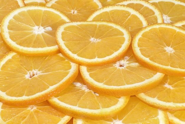 Дольки апельсина заделывают фон