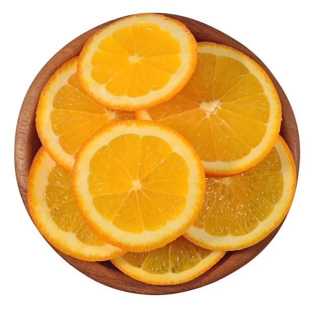 白い背景の上の木製のボウルのオレンジスライス