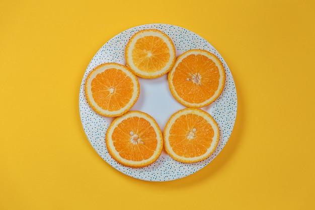 접시에 오렌지 조각입니다. 다이어트 개념